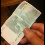 Foto de billete de 5 Euros en la mano
