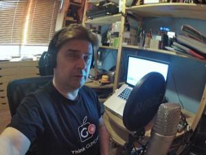 Grabando el podcast VARELALIAPC 34 con la camiseta del GUMCAM y el micro RODE NT1-A