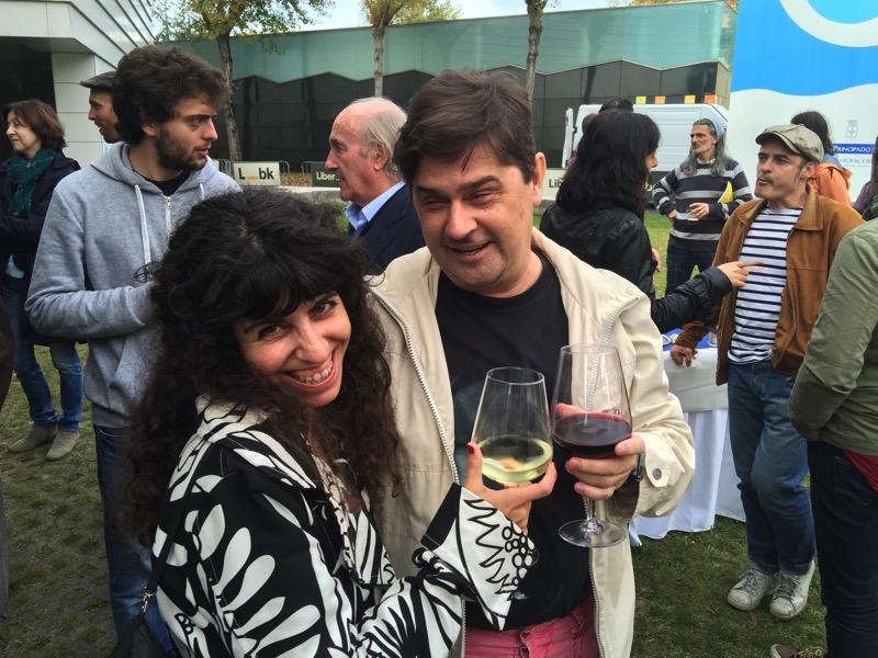 Isabel Corral y Enrique Varela brindando en #SOMERO 2015 (Juan urrutia y otros detrás)